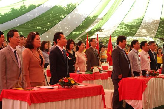 Các đại biểu tham dự buổi lễ trang trọng làm lễ chào cờ