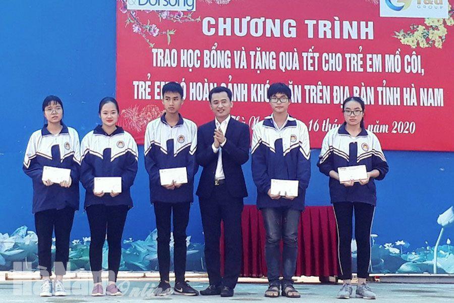 Ông Bùi Văn Tự - Chủ tịch Tập đoàn T&G trao quà cho các em học sinh nghèo
